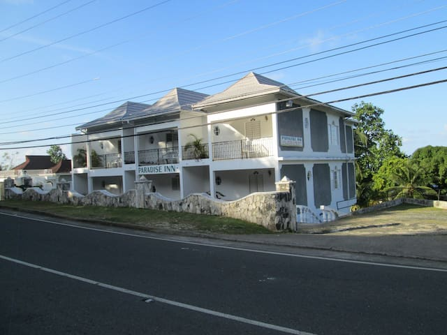 Paradise Inn Hotel - Port Antonio - Bed & Breakfast
