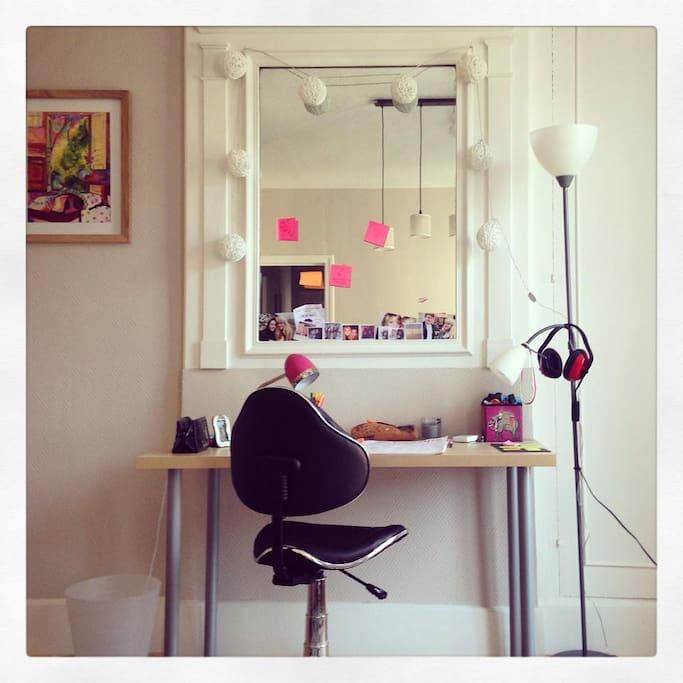 Le petit coin bureau de la pièce principale, en face du canapé.