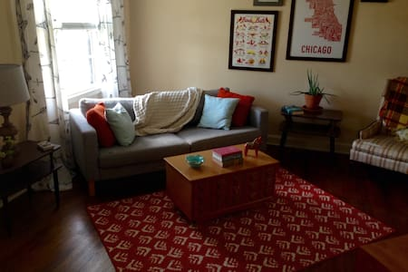 Bright and Cheerful Midtown Apt