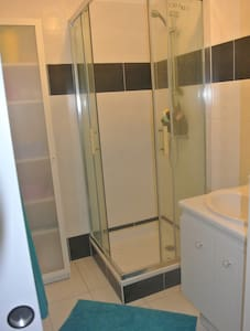 chambre ac salle de bain privative - House
