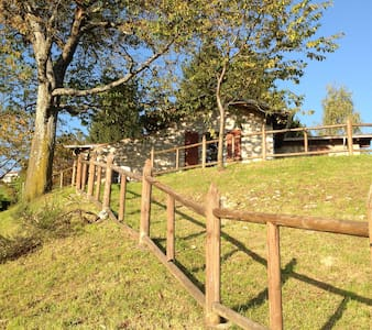 affascinante cascina panoramica - grone - ที่พักพร้อมอาหารเช้า