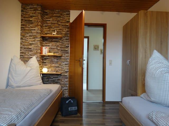 Schlafzimmer mit zwei separaten Betten