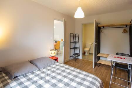Zen bedroom with private bathroom - La Motte