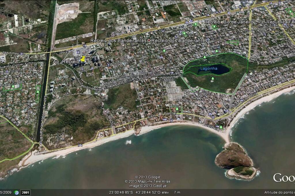 O apartamento fica a 700m da praia do Recreio // The apartment (yellow pin) is about 700m from the Recreio beach.