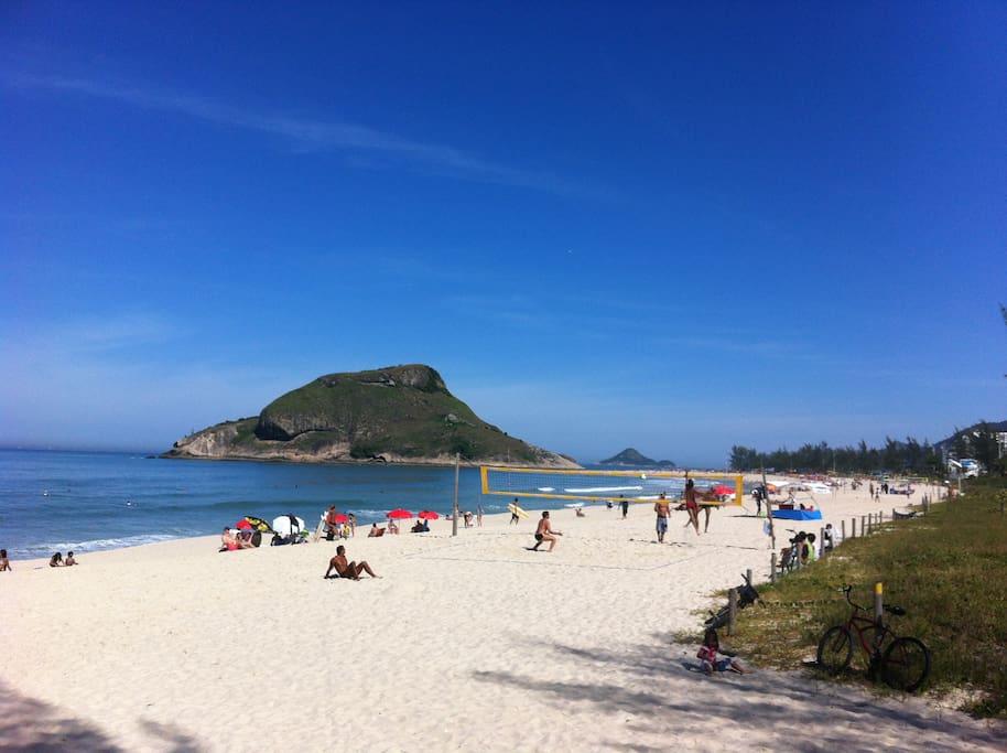Praia do Recreio ( cerca de 700m do apartamento) // Recreio beach (about 700m or 765 yards from the apartment)