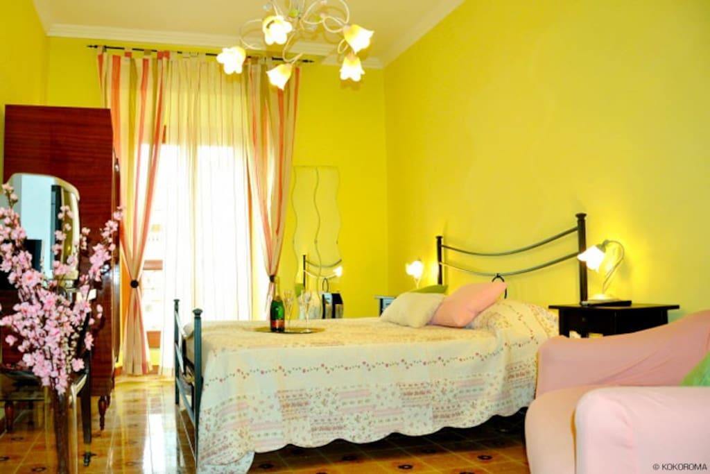 camera letto matrimoniale e poltrona letto