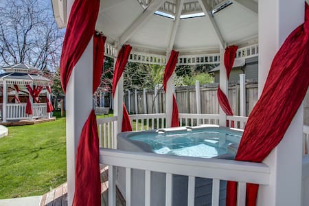 In-town w/ hot tub - Alpenshire Room - Leavenworth