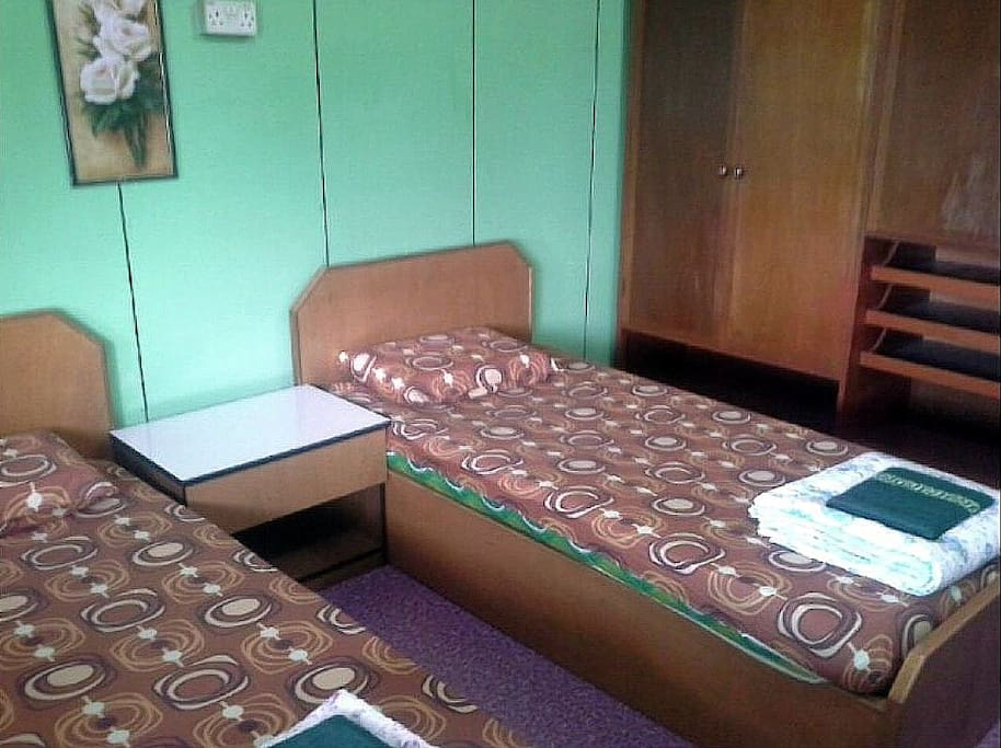 bedroom C with 2 single beds
