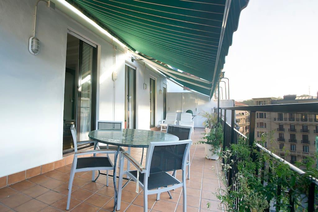 Esta es la terraza con la mesa para las comidas y sobremesas.