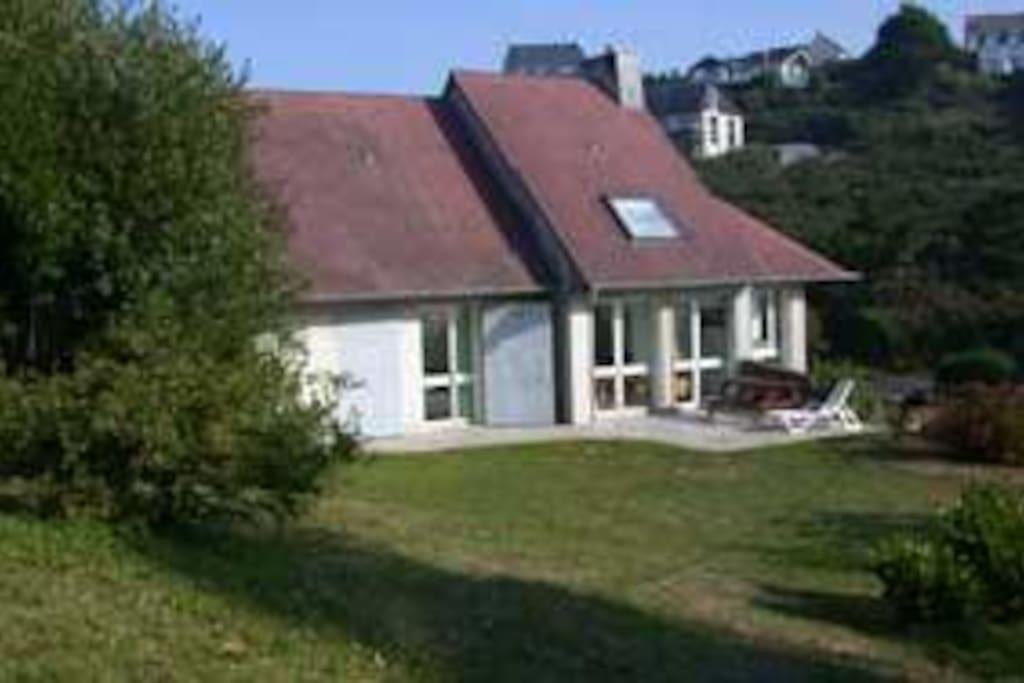 maison à louer avec son jardin et sa terrasse. Les trois chambres donnent sur la terrasse.