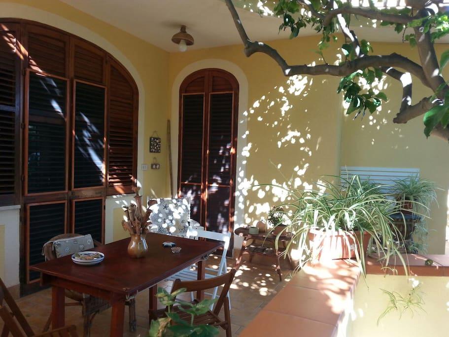 terrazzo e ingresso appartamento in villa