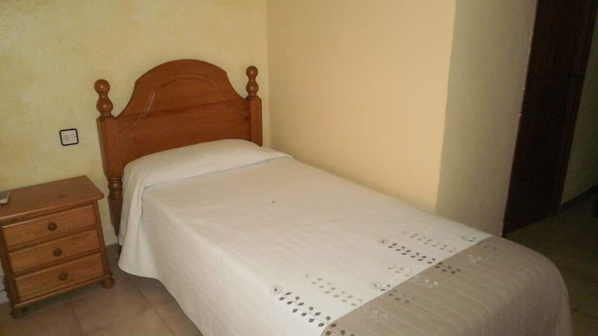 Hab. indiv. con baño compartido - Camallera - Wohnung