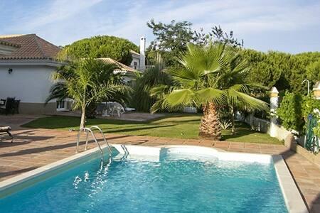 Spacious house with pool - Nuevo Portil - Casa de campo