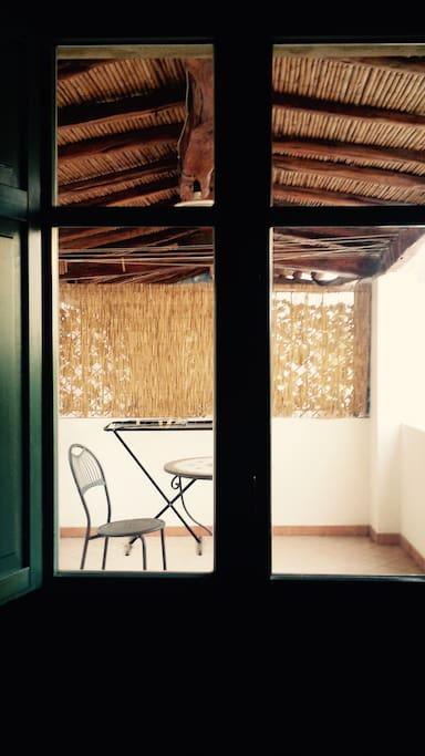 Veranda con terrazzo e tavolino in pietra lavica