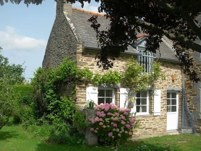 Maison ancienne rénovée et jardin - Saint-Méloir-des-Ondes - Haus