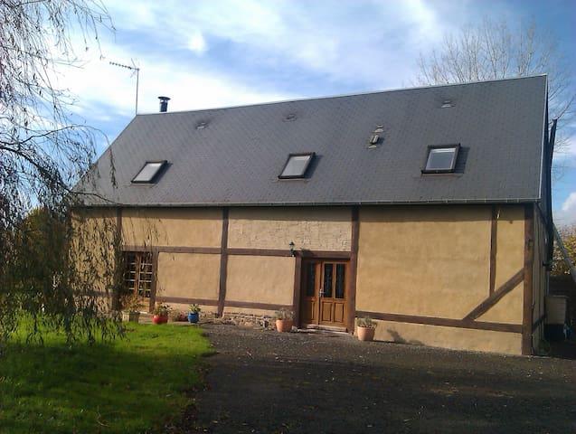 Les Hirondelles Converted Barn - Les Cresnays - Penzion (B&B)