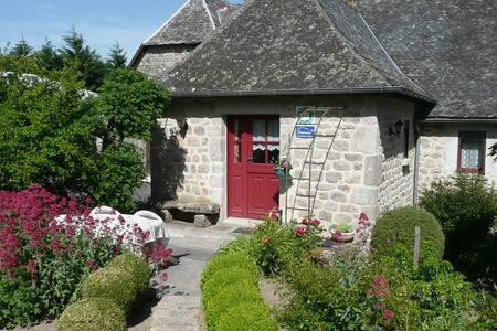 Chambres d'hôtes La Brévarie  dans superbe jardin. - Campuac - Bed & Breakfast