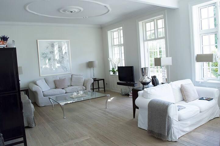 Smuk lys villalejlighed med have - Gentofte - Lägenhet