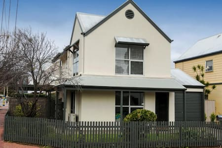Trendy town house on cusp of town in busy Brompton - Brompton - Hus
