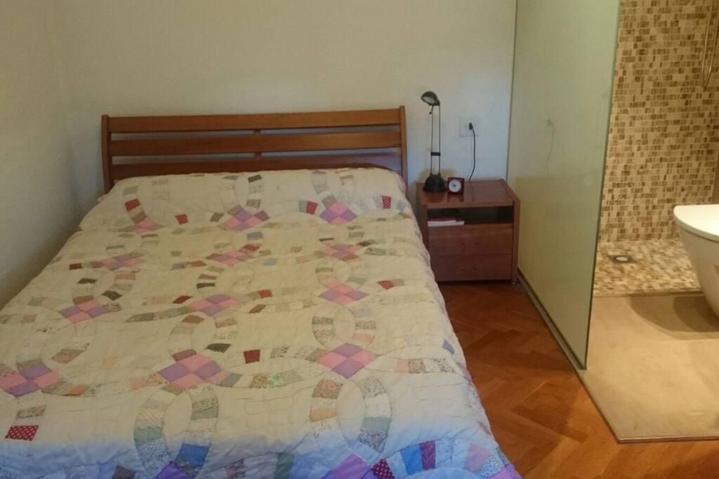 Agradable habitación con su cuarto de baño incluido, lo que una gran intimidad.