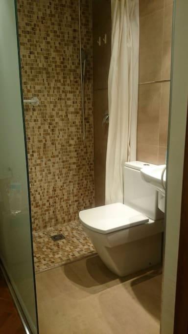 Este cuarto de baño es el que está en la primera habitacion