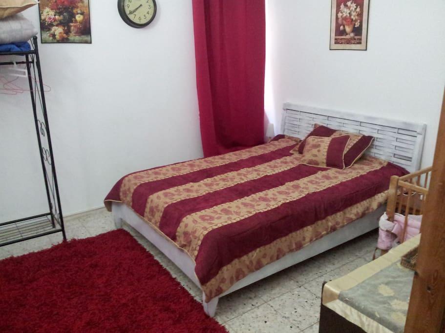 chambre spacieuse avec lit double