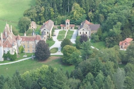 13ha estate with midieval castle, near Beaune,  D - Saint-Martin-de-Commune - 家庭式旅館