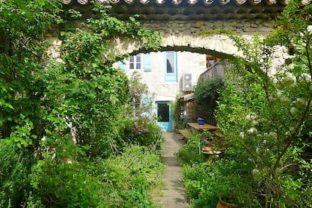 Chambres avec jardin 10 mn de Montélimar - Saint-Marcel-lès-Sauzet - 一軒家