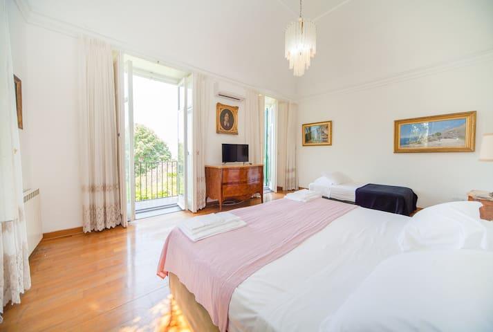 la camera da letto ed uno dei due balconi
