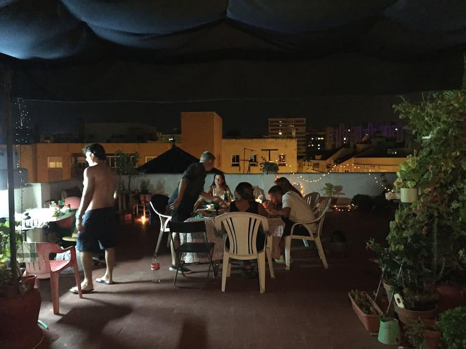 terraza de noche para cenas y barbacoas