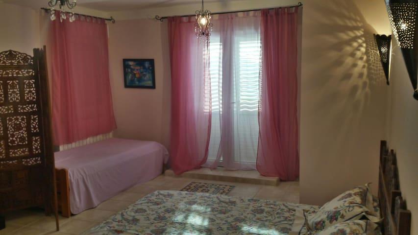 Chambre et salle de bain dans villa - Bastelicaccia