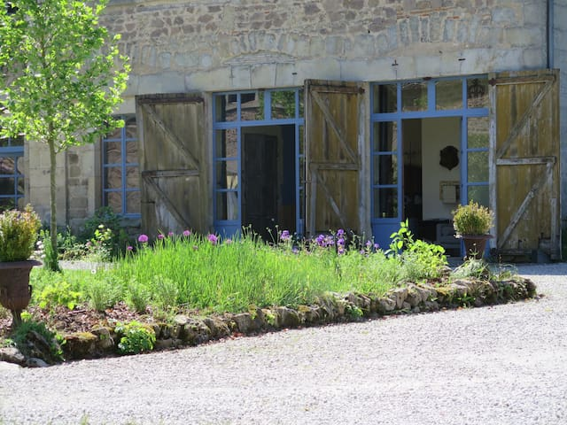 13ha estate with midieval castle, near Beaune,  D - Saint-Martin-de-Commune - Bed & Breakfast