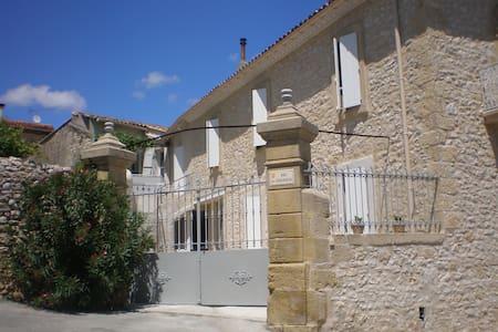 La maison de papé gite Terrasse - Combas - Byt