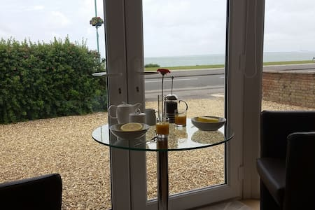 Wake up to Fabulous Sea Views Own Private Entrance - Lee-on-the-Solent - House