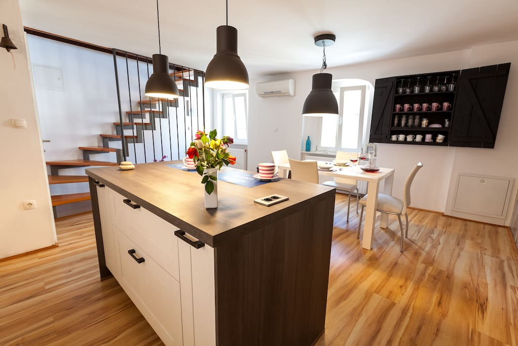 A kitchen island to connect better the ones who wait for food and the others who prepare it.
