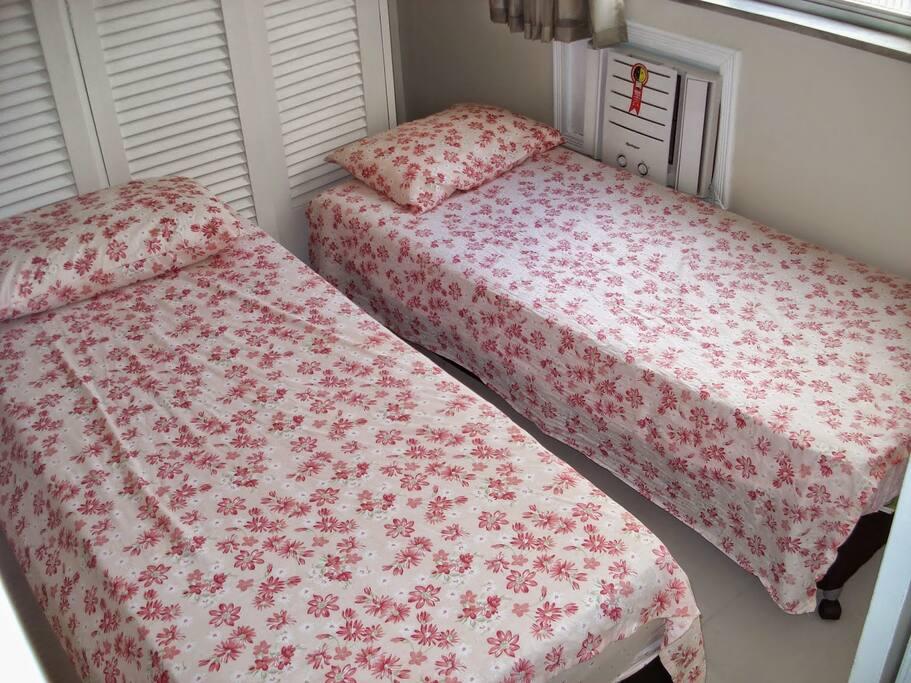 2 camas de solteiro, podendo ser unidas para virar uma cama de casal, se preferir.