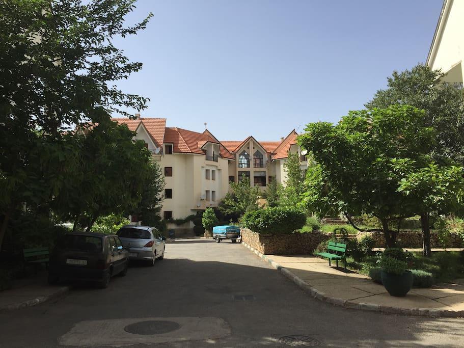 Résidence sécurisée avec parking gratuit, aire de jeu sécurisée et jardins intérieurs.