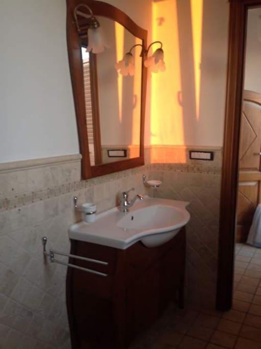 1° piano bagno con wc, doccia e lavatrice