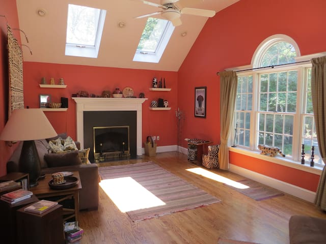 Bright, cozy room with bamboo floor - Bedford - Rumah