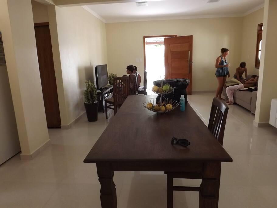 2 salas amplas em dois ambientes para jantar: jantar e tv