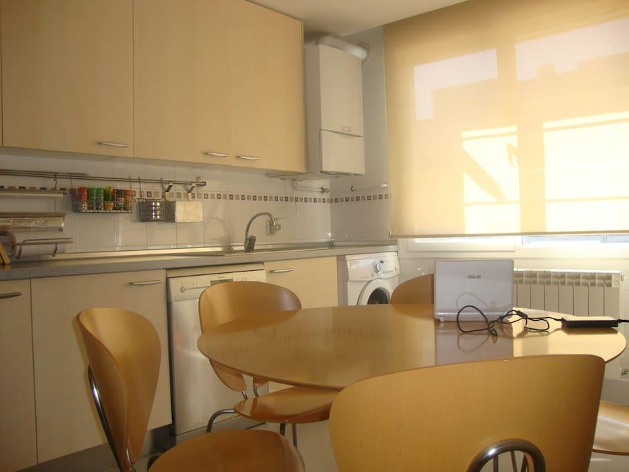 Cocina con frigorífico, lavadora y lavavajillas