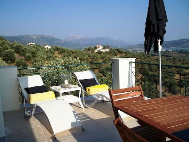 VILLA IN GALATAS, POROS SLEEPS 4