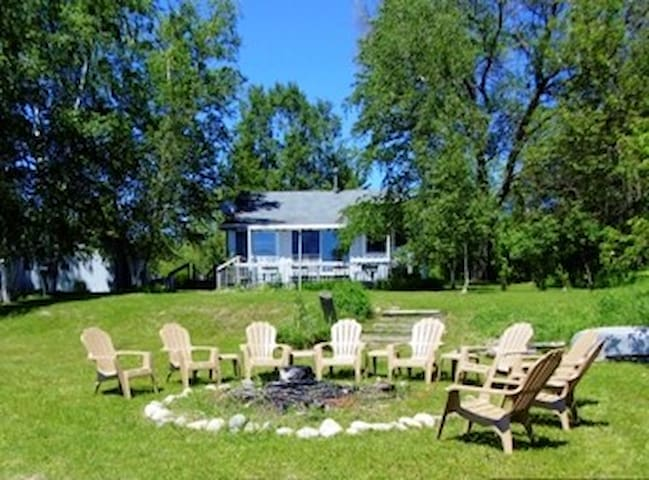 Beachfront Cottage on Pickerel Lake - Alanson - Haus