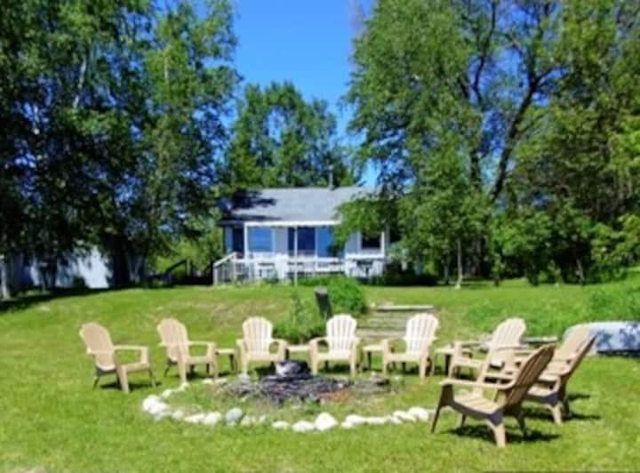 Lake front cottage on Pickerel Lake-Pet friendly