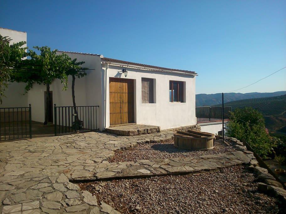 Des terrasse autour de la maison dont une face au séjour de 80 m2 pour vos soirées andalouses