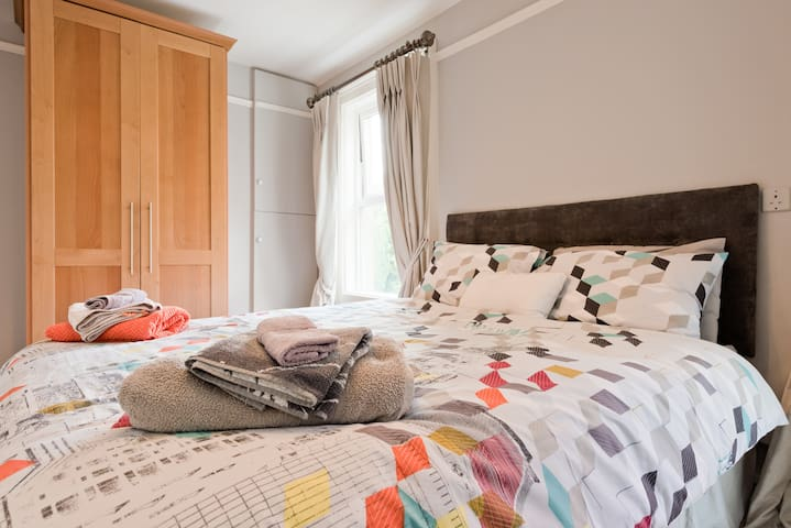 Large Townhouse, Double Bed Shared Bathroom
