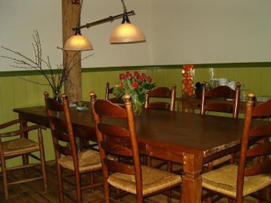 aan de grote tafel in de eetkeuken, kun je heerlijk met elkaar eten, borrelen of spelletjes doen.