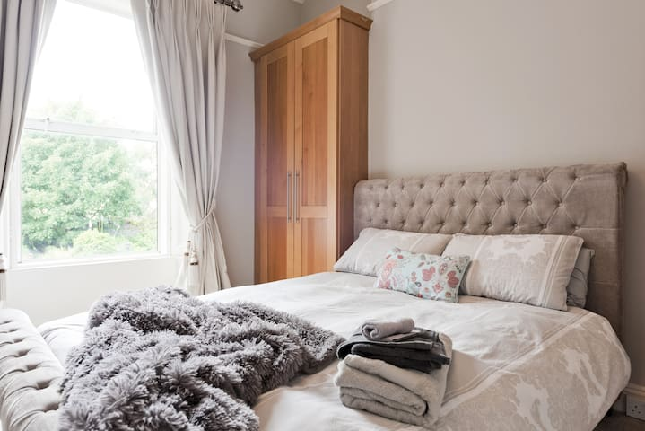 Spacious Dublin Townhouse, Two Large Rooms