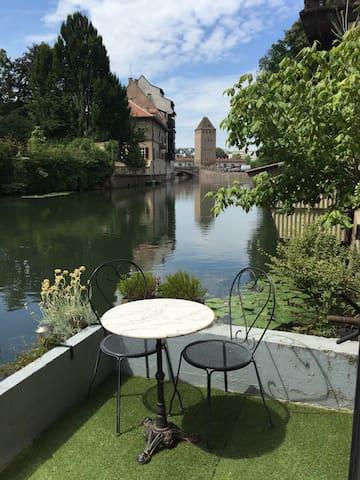 La terrasse sur l'eau en été