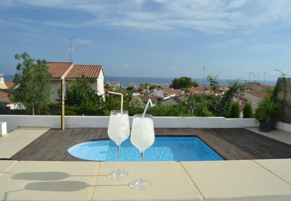 Preciosa villa con piscina privada y vistas al mar for Villas con piscina privada
